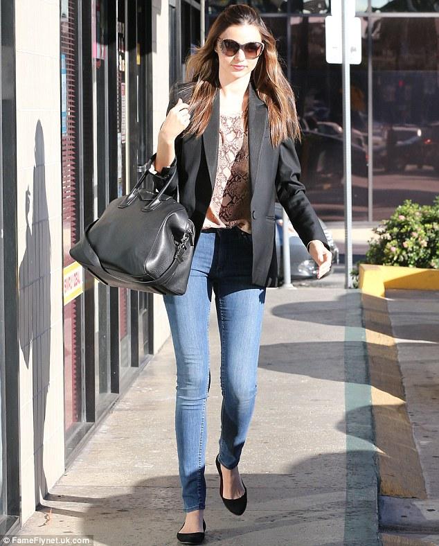 ارتدي بنطلونات جينز ضيقة