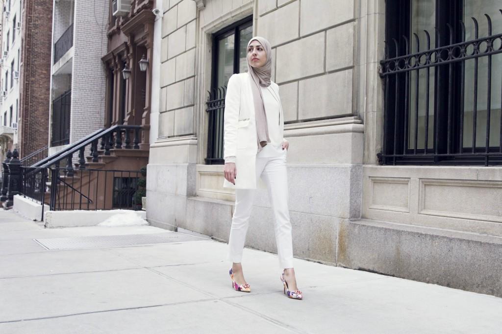اطلالة بيضاء أنيقة من تنسيق مدونة الموضة نهى