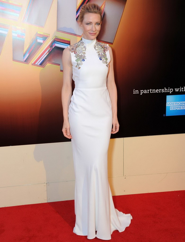 اطلالة رائعة بالأبيض لكايت بلانشيت في فستان من آلكسندر ماكوين