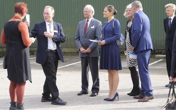 الأميرة فيكتوريا ووالدها يذهبان لزيارة مركز للاجئين (1)