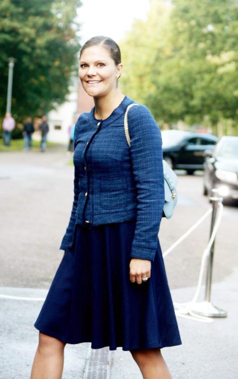الأميرة فيكتوريا ووالدها يذهبان لزيارة مركز للاجئين (2)