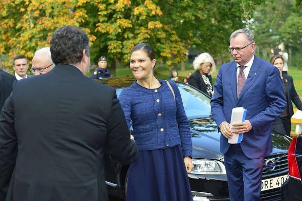 الأميرة فيكتوريا ووالدها يذهبان لزيارة مركز للاجئين (3)