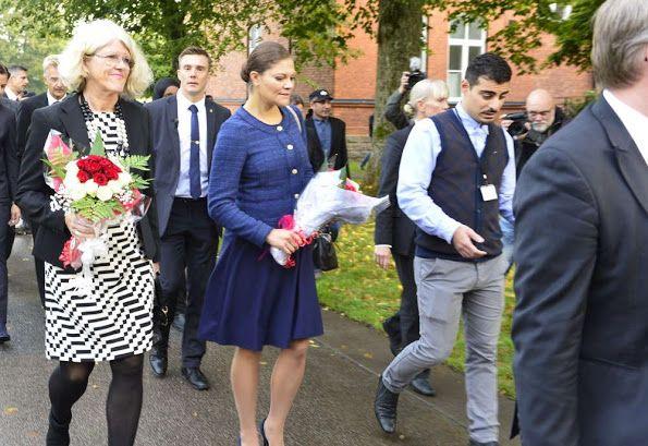 الأميرة فيكتوريا ووالدها يذهبان لزيارة مركز للاجئين (4)
