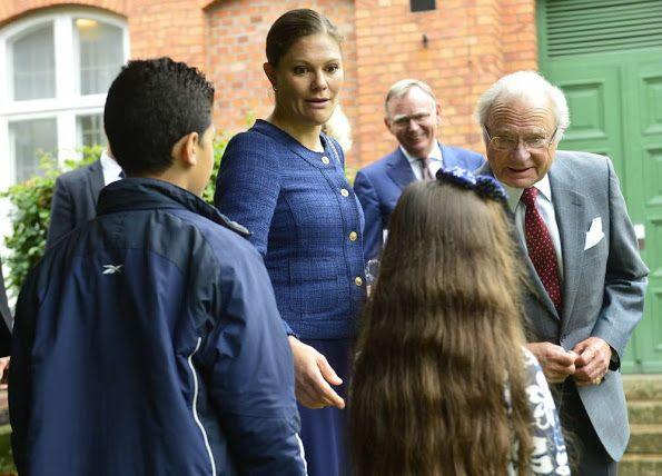 الأميرة فيكتوريا ووالدها يذهبان لزيارة مركز للاجئين (6)