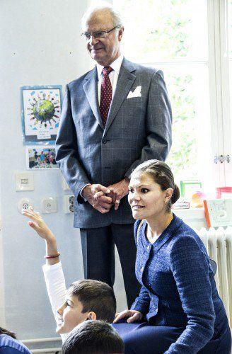 الأميرة فيكتوريا ووالدها يذهبان لزيارة مركز للاجئين (9)