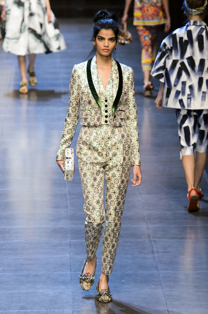 البدل النسائية المستوحى من البدل الرجالية من Dolce & Gabbana