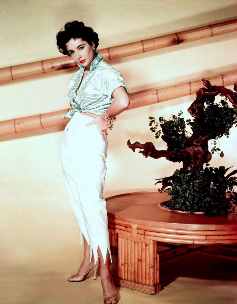 اليزابيت تايلور في احدى صيحات الموضة الحالية السروال ذو الخصر العالي مع القميص القصير