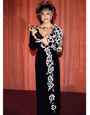 اليزابيت تايلور في حفل الغولدن غلوبز في فستان أسود وأبيض عام 1985