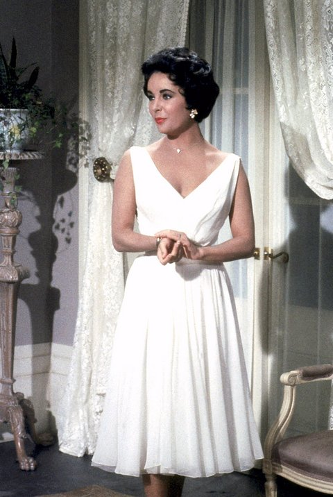 اليزابيت تايلور في فستان أبيض ناعم