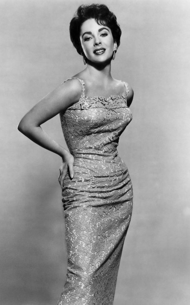 اليزابيت تايلور في فستان من الدانتيل عام 1956