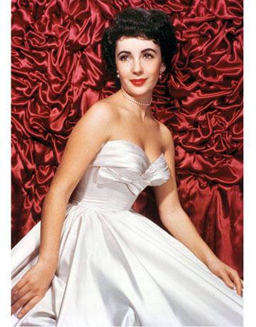 بدت اليزابيت تايلور مثل الأميرة في هذا الفستان من الساتان الأبيض