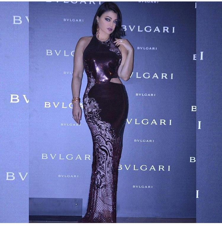 ترتدي فستان من روبيرتو كافالي