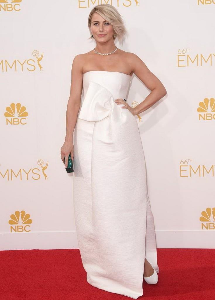 جوليان هوغ في فستان أبيض ناعم