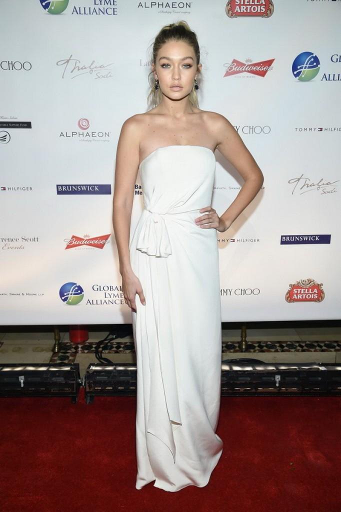 جيجي حديد في فستان أبيض مكشوف الأكتاف