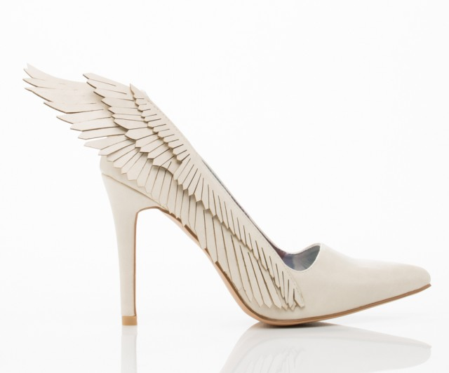 حذاء أبيض أنيق ذو كعب عالي