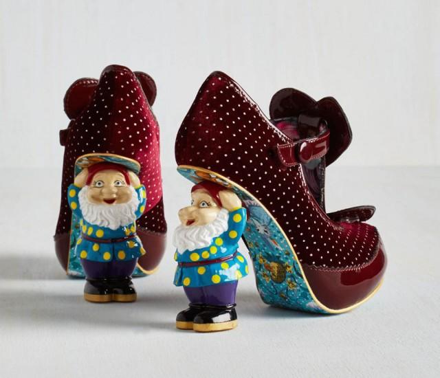 حذاء أنيق ذو لون أحمر داكن ويحمل نقشة النقط الصغيرة
