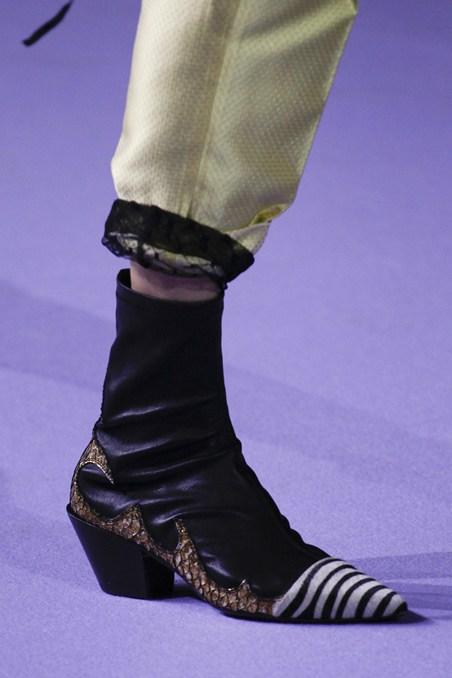 حذاء ذو تصميم غريب من حيدر أكرمان