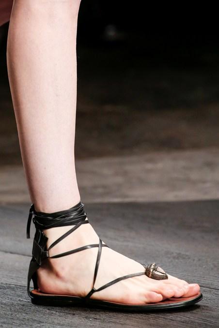 حذاء ساندال من الجلد من فالنتينو