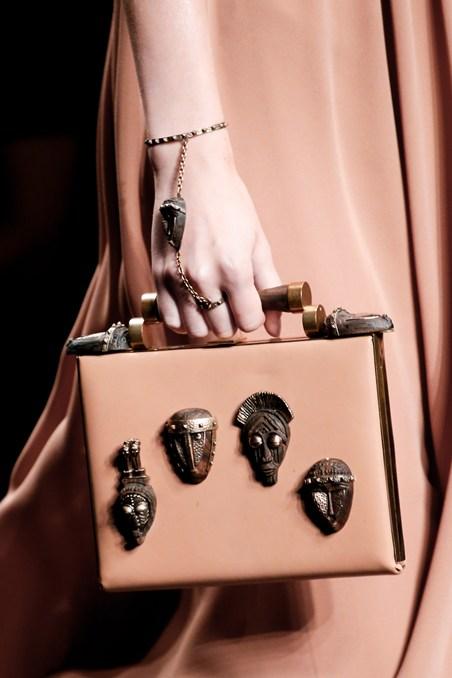 حقيبة يد ذات تصميم مميز من فالنتينو