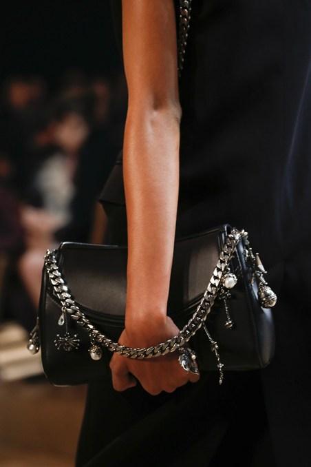 حقيبة يد سوداء من ألكسندر ماكوين