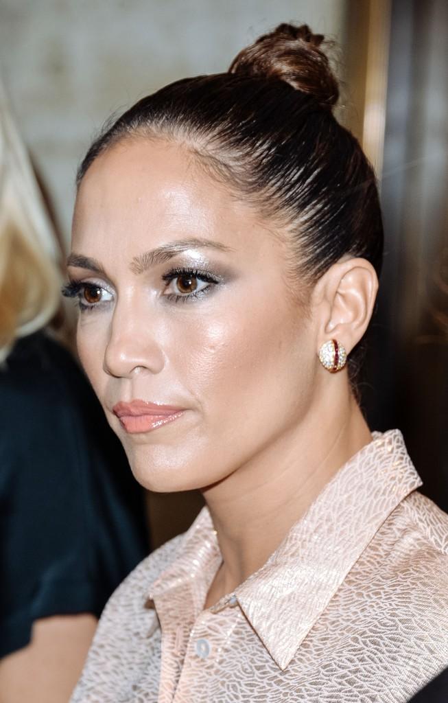 شدت جينيفر لوبيز شعرها للخلف واختارت أقراك ناعمة
