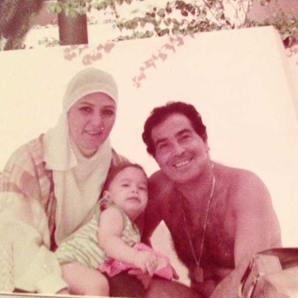 شمس البارودي مع ابنها وزوجها على الشاطئ