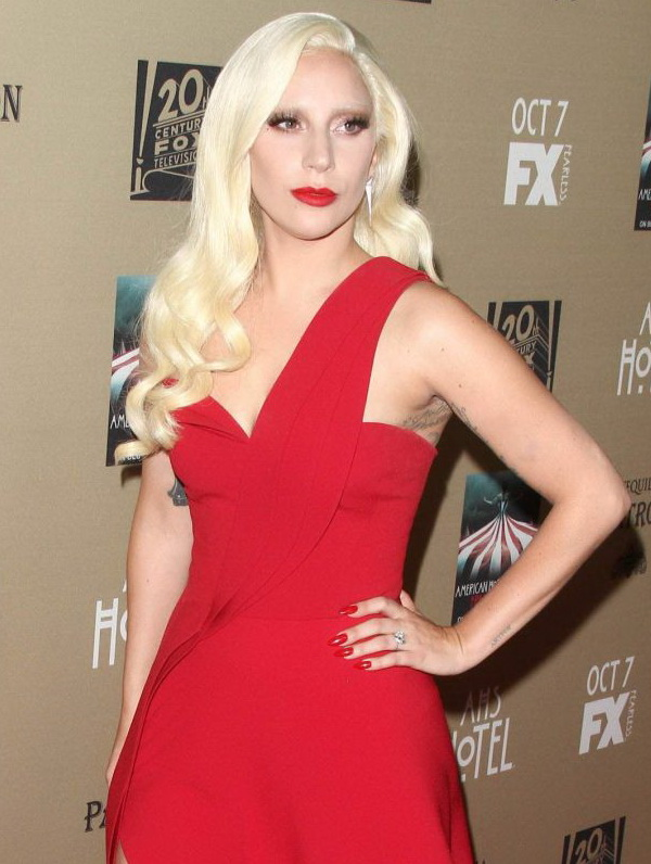 فستان أحمر مميز اخترته ليدي .غاغا بقصة الكتف الواحد