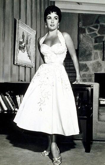 فستان غاية في الأنوثة والأناقة من اختيار اليزابيت تايلور
