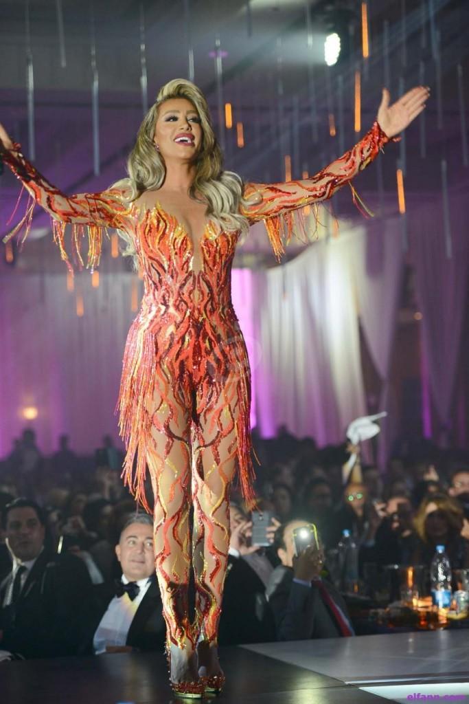 فستان مستوحى من النار اختارته مايا دياب