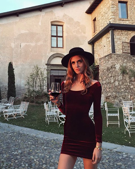 قبعة مع فستان حفلات قصير