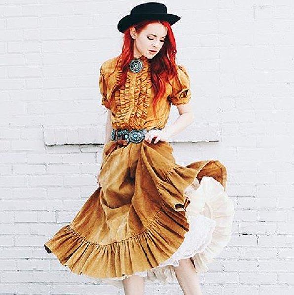 قبعة مع فستان مستوحى من تصميمات ملابس الغرب