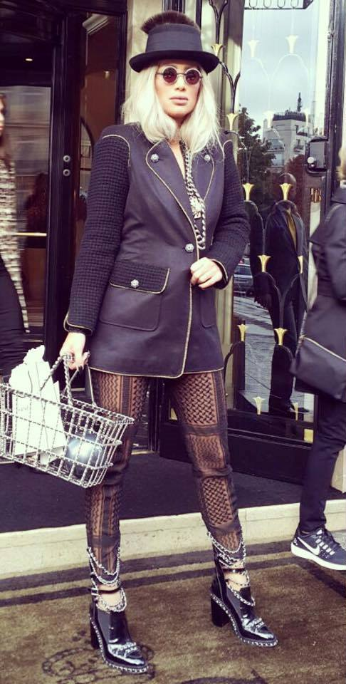 مايا دياب في إطلالة مبتكرة بالأسود لحضور عرض أزياء شانيل