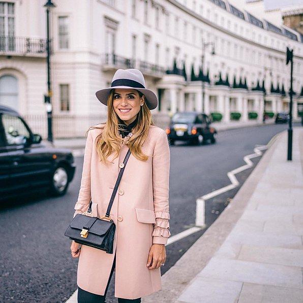 معطف وردي طويل وبنطلون جينز وقبعة مزينة بشريط