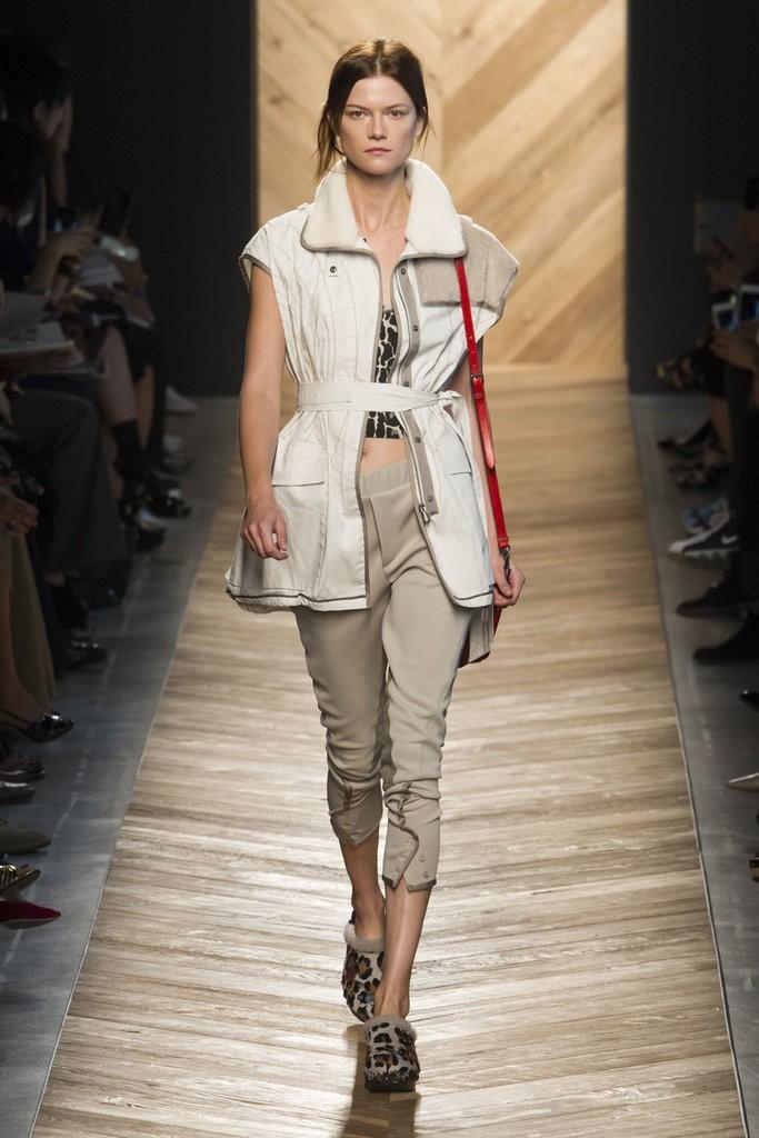 ملابس مزينة بأحزمة وأشرطة حول الخصر من Bottega Veneta
