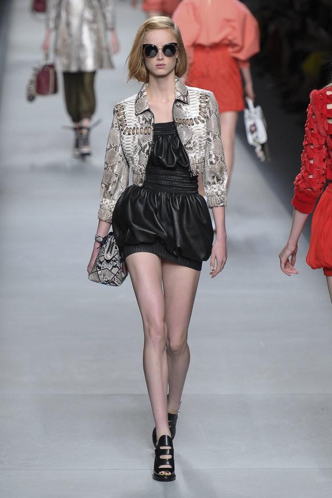 ملابس مزينة بأحزمة وأشرطة حول الخصر من Fendi