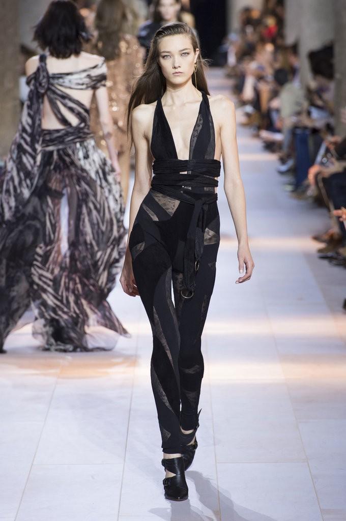 ملابس مزينة بأحزمة وأشرطة حول الخصر من Roberto Cavalli