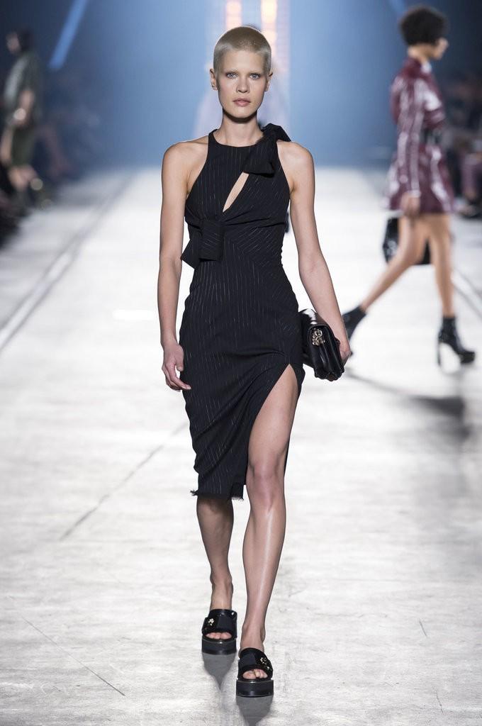 ملابس مزينة بشرائط مربوطة من Versace