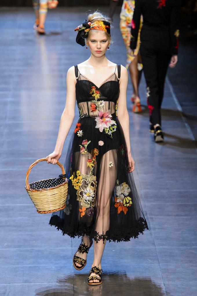 ملابس مصممة تشبه الملابس الداخلية من Dolce & Gabbana