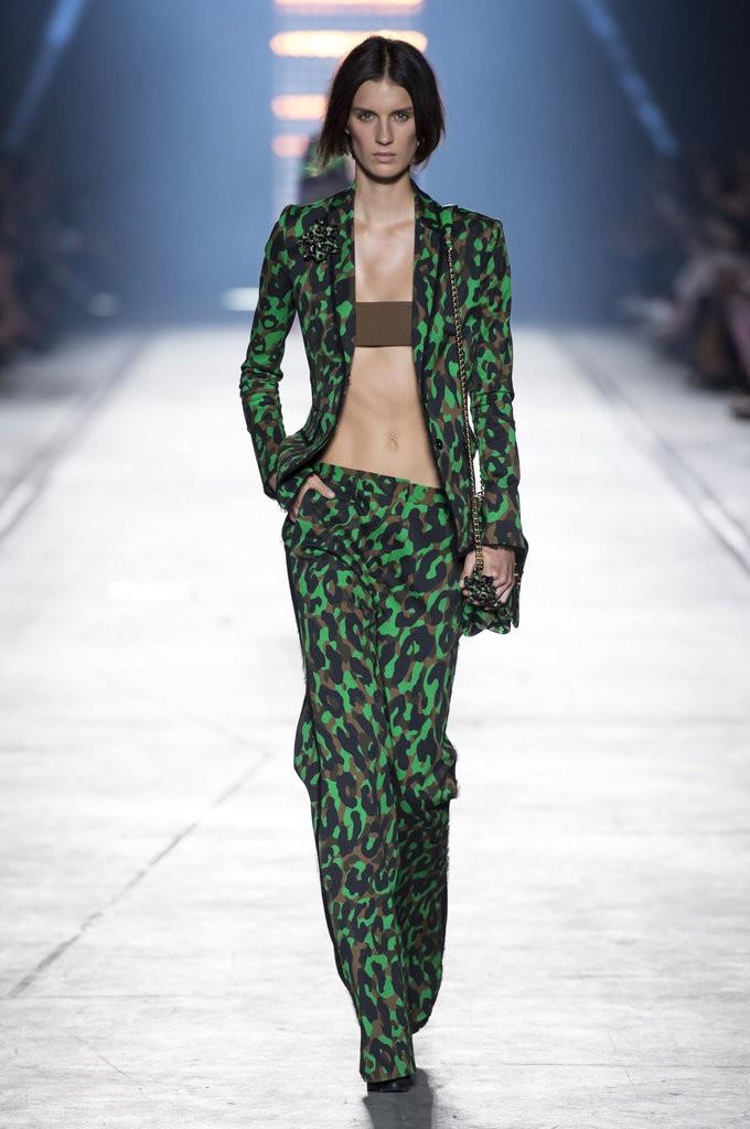 ملابس مصممة تشبه الملابس الداخلية من Versace