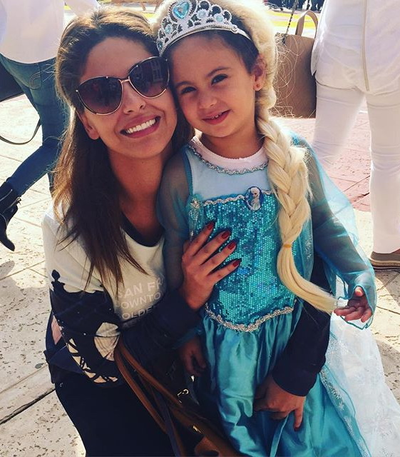 مي سليم  برفقة ابنتها التي اختارت ملابس شخصية Elsa