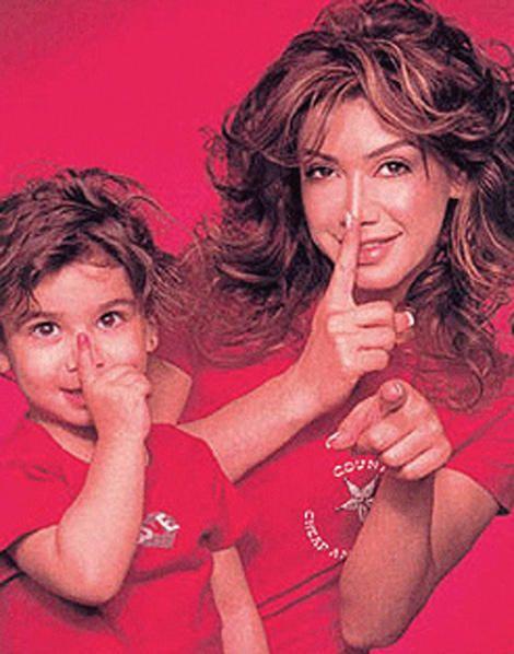 نوال مع ابنتها تيا عندما كانت طفلة