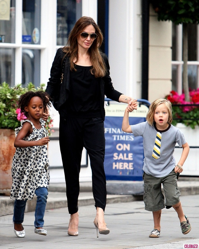 1Angelina-Jolie-and-daughters-090111-822x1024