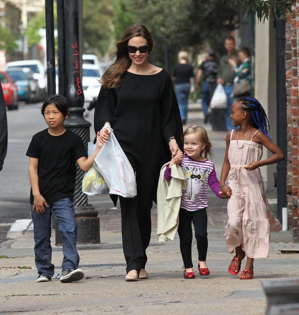 Angelina+Jolie+Takes+Lovely+Stroll+Children+HEKQLOqiDb0x