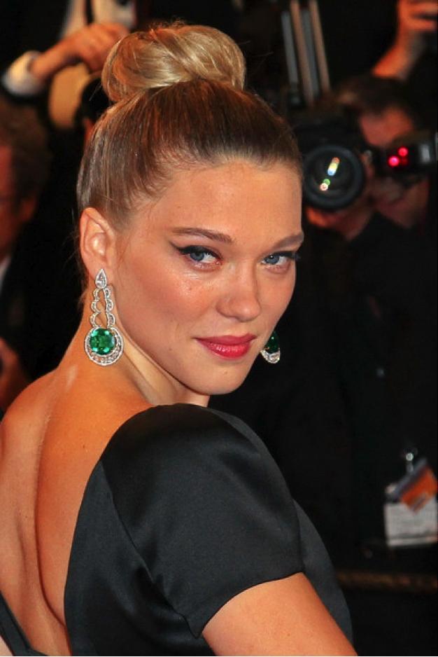 Léa Seydoux wears earrings Chopard emeralds and diamonds