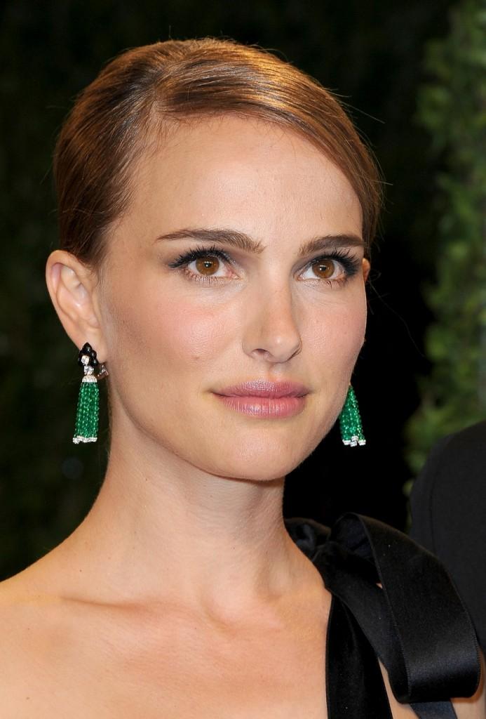 Natalie-Portman-sported-emerald-earrings-Vanity-Fair-Oscars