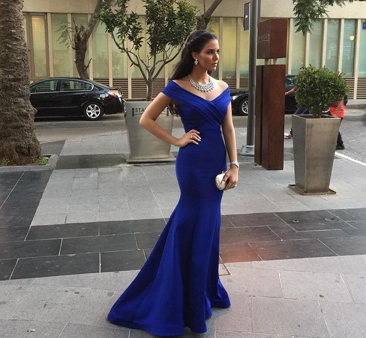 أناقة مميزة لدانا في فستان السهرة المكشوف الأكتاف