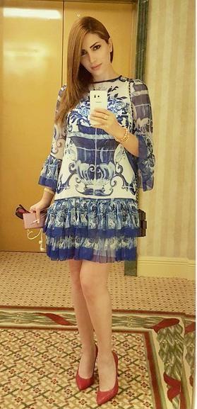 اختارت نسرين طافش فستان باللونين الأزرق والأبيض
