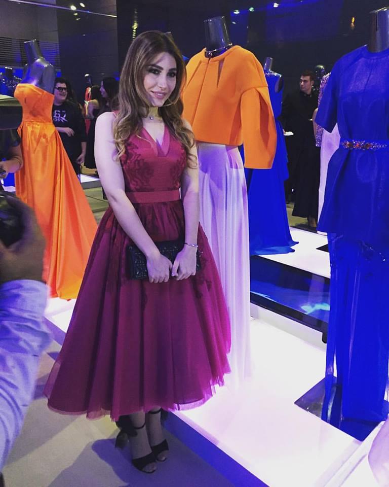 اطلالة ناعمة ليارا في فستان باللون الفوشيا