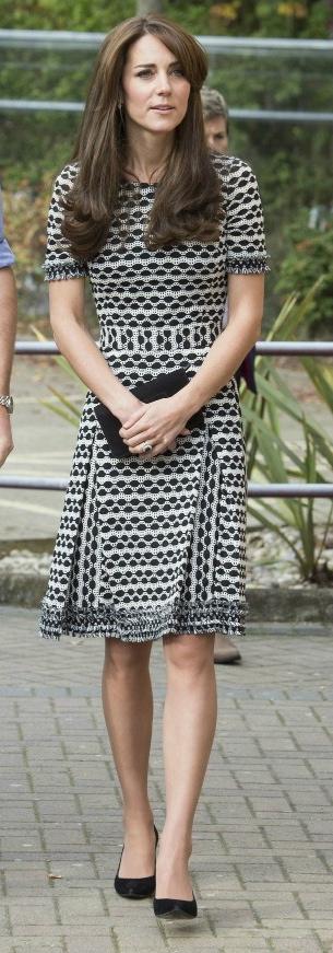 فستان باللونين الأسود والأبيض