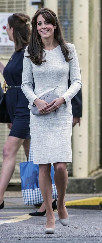 فستان رمادي اختارته كايت بتصميم ناعم وبسيط